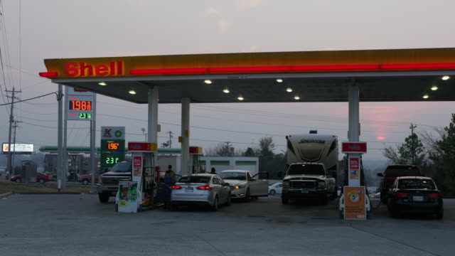 vidéos et rushes de cars refueling at shell gas station, georgia, usa - stationary