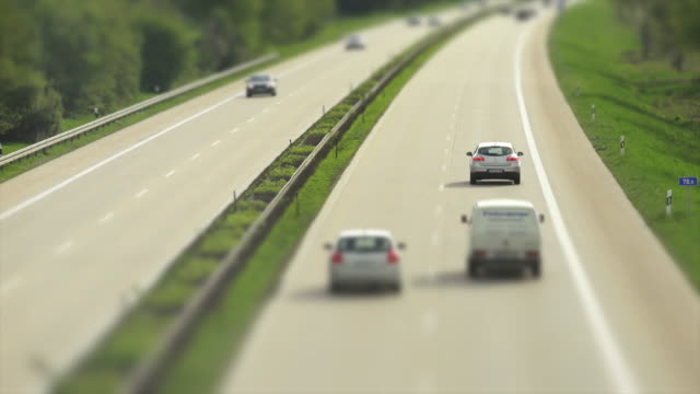 stockvideo's en b-roll-footage met cars rushing on highway (time lapse & tilt shift) - geschwindigkeit