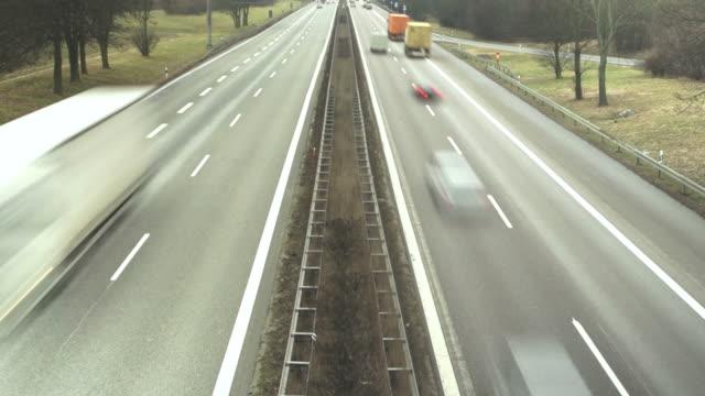 Autos Rushing auf dem Highway Zeitraffer