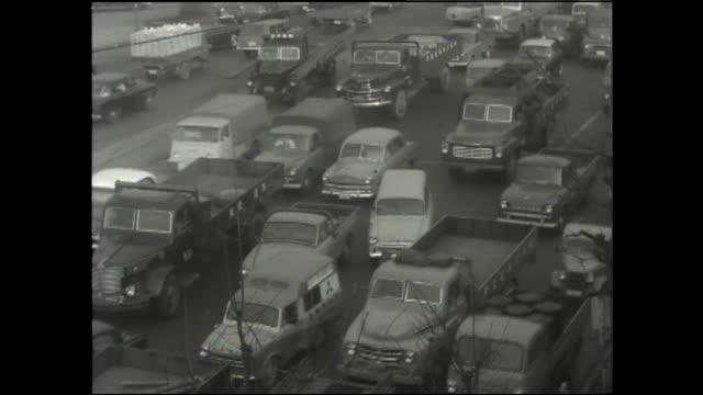 vidéos et rushes de cars slowly move through a traffic jam. - trafic jam