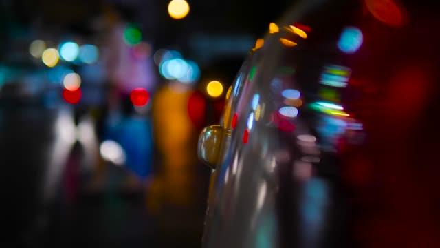 vídeos de stock e filmes b-roll de cars stop on a wet slippery road at night. - cor viva