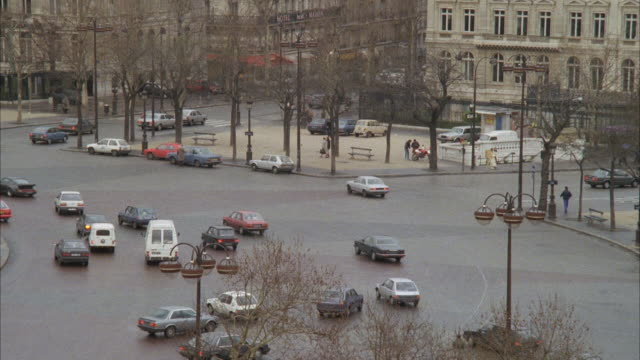 ws pan cars travelling around arc de triompe / paris, france - 1980~1989年点の映像素材/bロール