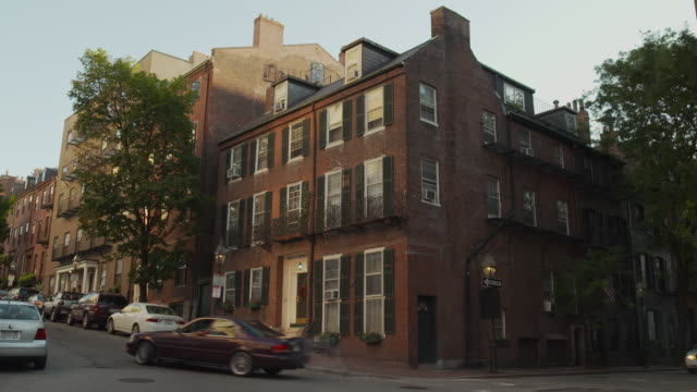 vidéos et rushes de cars turn corners around a boston house at dawn or dusk, massachusetts, usa. - coin
