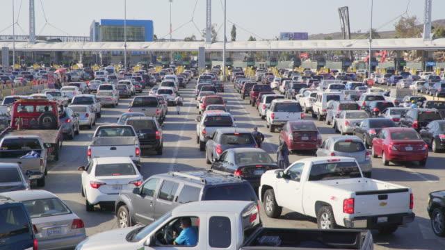 vídeos y material grabado en eventos de stock de cars waiting at the us-mexico border - hacer cola