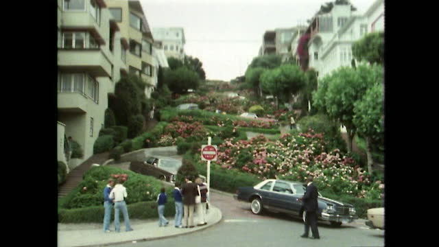 cars zigzag down famous lombard street in san francisco; 1979 - サンフランシスコ ロンバード通り点の映像素材/bロール