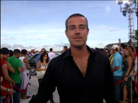 carson daly arriving at the 2005 mtv video music awards red carpet - mtv1 stock-videos und b-roll-filmmaterial