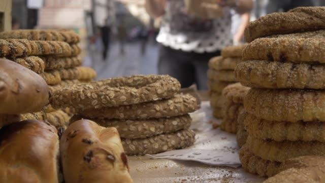 vidéos et rushes de cart selling koulouri, a traditional greek snack, athens, greece, europe - héritage