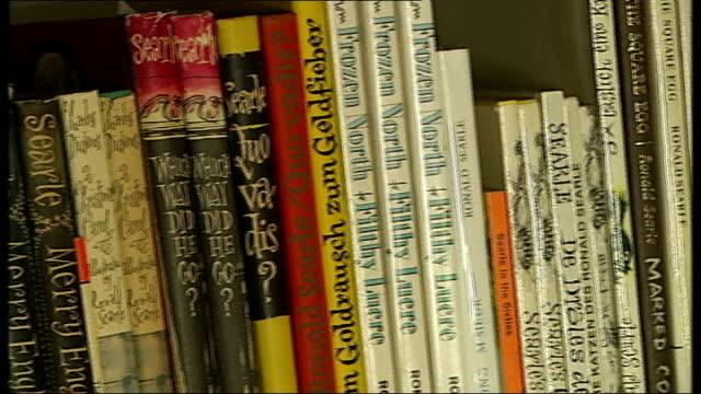 stockvideo's en b-roll-footage met cartoonist ronald searle dies aged 91 232010 ronald searle books on shelf - cartoonist