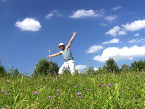 pal: toben - akrobat stock-videos und b-roll-filmmaterial