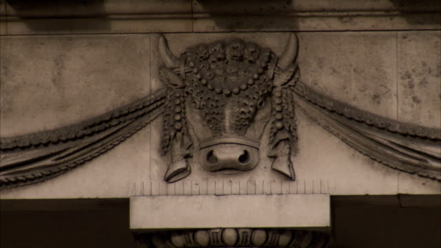 stockvideo's en b-roll-footage met a carved cow's head decorates the exterior of the four courts building in dublin. available in hd. - snijwerk
