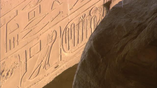 vídeos y material grabado en eventos de stock de carved hieroglyphics decorate the walls of karnak temple in egypt. - jeroglífico