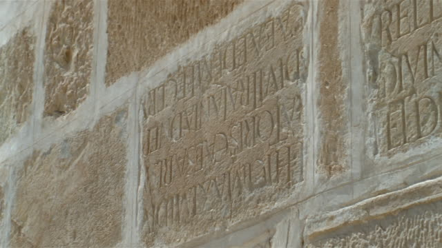 cu, pan, carved latin text in great mosque's wall, kairouan, tunisia - 西方字體 個影片檔及 b 捲影像