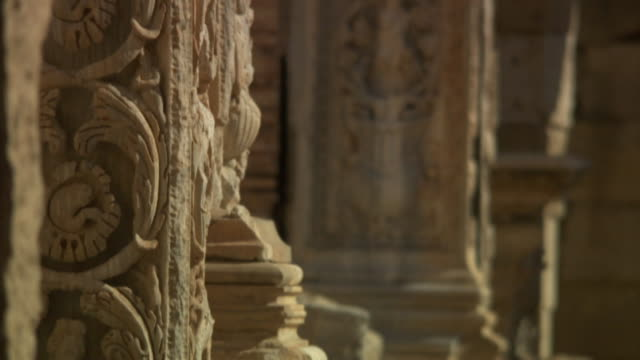 carved roman pillars decorate the ruins of leptis magna in libya. - ruine stock-videos und b-roll-filmmaterial