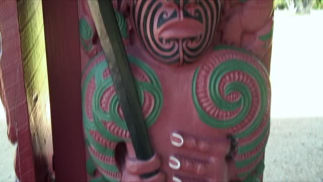 cu tu carved totem pole by entrance, waitangi, northland, new zealand - ニュージーランド べイ・オブ・アイランズ点の映像素材/bロール