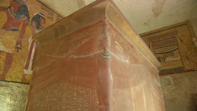 cu zo carving and hieroglyph painting inside king tut's tomb / egypt - 墓碑点の映像素材/bロール