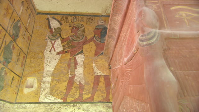 vídeos de stock e filmes b-roll de ms carving and hieroglyph painting inside king tut's tomb / egypt - hieróglifo