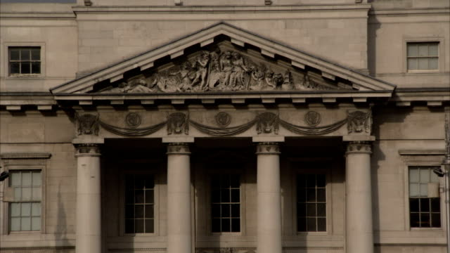stockvideo's en b-roll-footage met carvings decorate the exterior of four courts above stone pillars. available in hd. - snijwerk