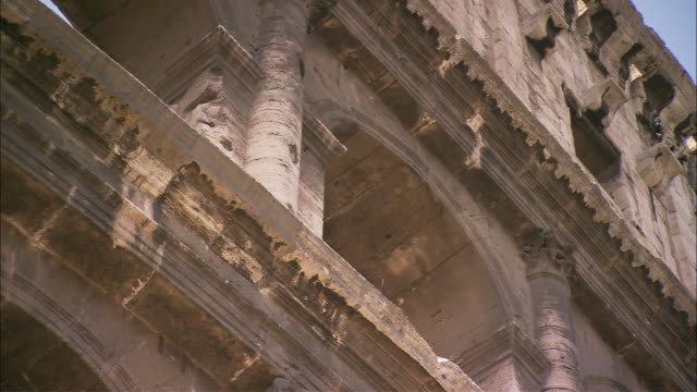 carvings decorate the top of the colosseum. - bogen architektonisches detail stock-videos und b-roll-filmmaterial