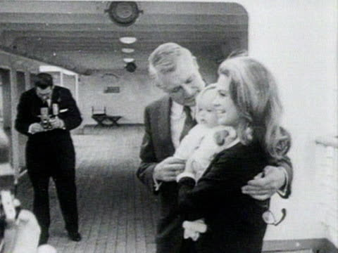 vidéos et rushes de cary grant poses for photographs with his wife, dyan cannon and their baby daughter onboard a ship at southampton docks. july 1966. - actrice