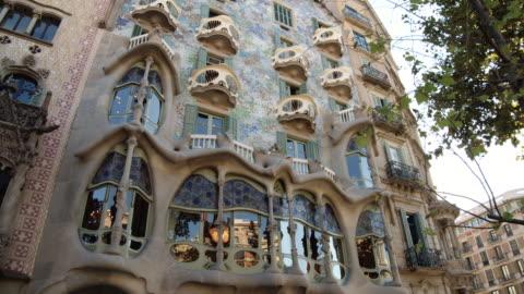 stockvideo's en b-roll-footage met casa batllo by antoni gaudi at barcelona, unesco world heritage building by gaudi. dolly shot approaching smooth motion - unesco world heritage site