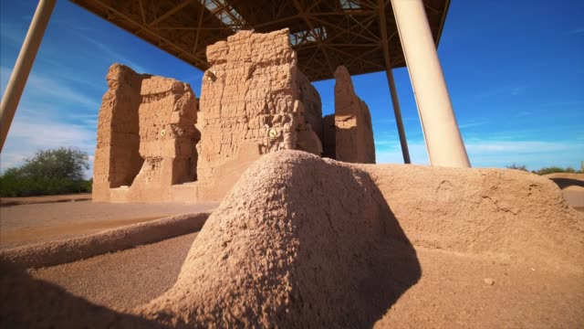 casa grande ruins national monument contains the structural ruins of a group of ancient pueblo native american indians - südwesten stock-videos und b-roll-filmmaterial