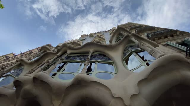 """casa milà  vertical format video for social networks  la pedrera (pronounced [ɫə pəˈðɾeɾə]) or """"the stone quarry"""", a reference to its unconventional rough-hewn appearance, is a modernist building in barc - wall building feature stock videos & royalty-free footage"""