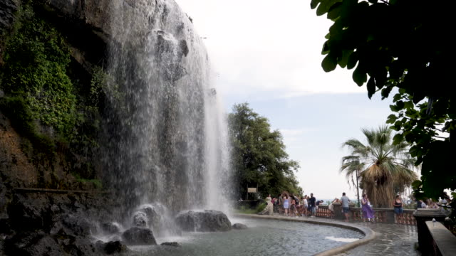 vidéos et rushes de cascade du casteu waterfall in nice, france showing the majestic falls on a bright summer day. a top landmark for tourists to visit along with the castle on the hill. - château