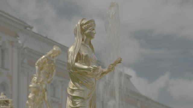 cascade fountain at peterhof palace - sankt petersburg stock-videos und b-roll-filmmaterial