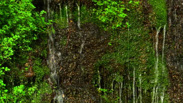 L'eau tombant en cascade