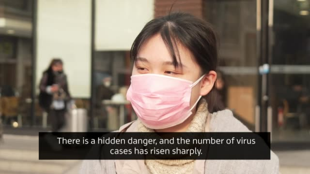 vídeos y material grabado en eventos de stock de cases of coronavirus continue to rise in china china wuhan station wuhan train station suitcases along tilt up people wearing face masks vox pops x3... - coronavirus