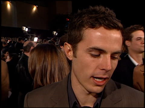 casey affleck at the 'oceans 11' premiere at the mann village theatre in westwood california on november 5 2001 - regency village theater stock-videos und b-roll-filmmaterial