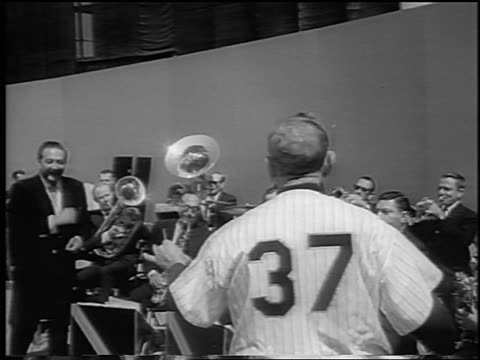 vídeos y material grabado en eventos de stock de casey stengel conducting guy lombardo's band on baseball field / newsreel - uniforme de béisbol