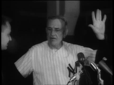 vídeos y material grabado en eventos de stock de casey stengel holding hand up talking to man at microphones / championship - uniforme de béisbol