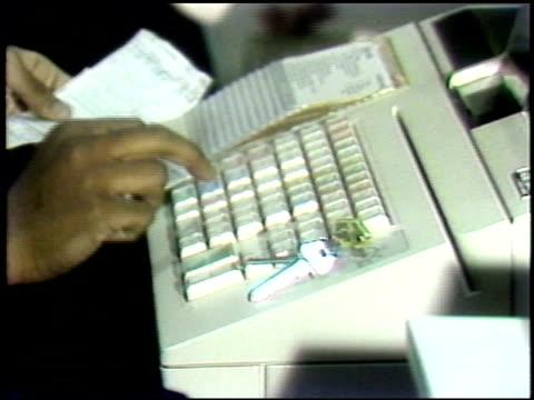 vidéos et rushes de cash register on september 10, 1983 in new york, new york - credit card