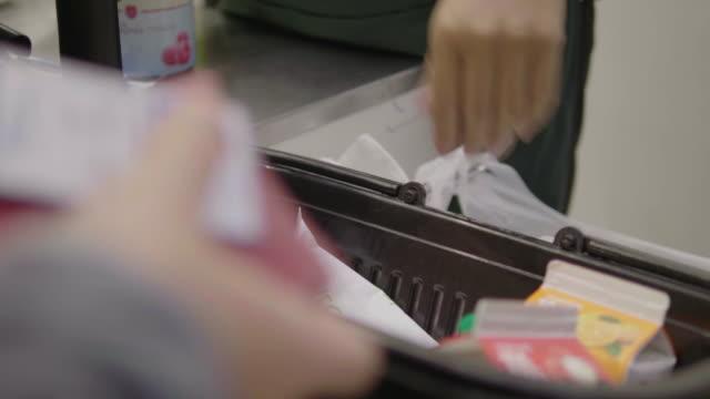 kassaregister-stormarknad - diskbänk bildbanksvideor och videomaterial från bakom kulisserna