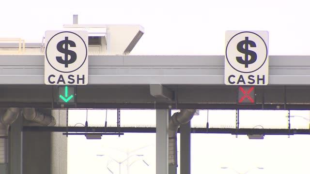 vídeos de stock e filmes b-roll de cash sign above toll booth on december 06, 2013 in chicago, illinois - cabina de portagem