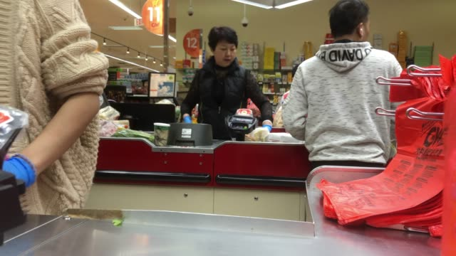 cashier and checkout at a chinese grocery in atlanta, usa - einkaufstasche stock-videos und b-roll-filmmaterial