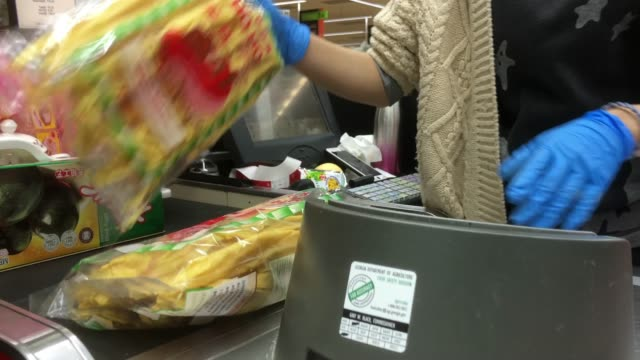 vidéos et rushes de cashier and checkout at a chinese grocery in atlanta, usa - supermarché