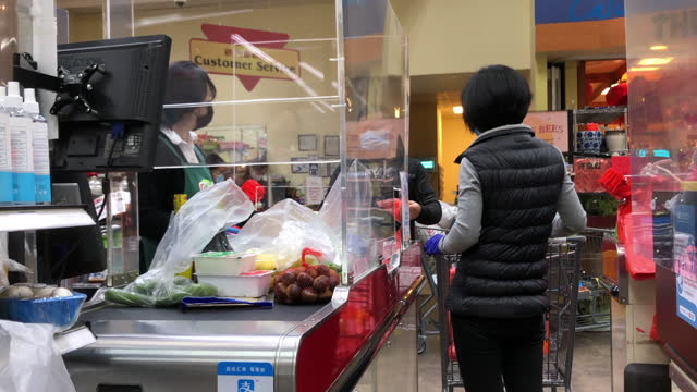 cashier and customers wearing face mask checkout at a chinese grocery in atlanta amid the 2020 global coronavirus pandemic. - mid adult stock videos & royalty-free footage