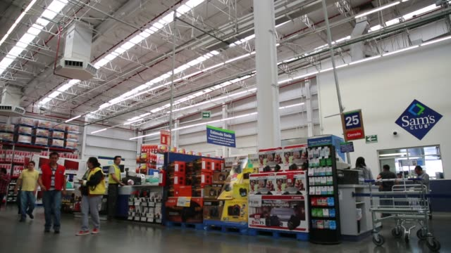 vídeos de stock, filmes e b-roll de a cashier rings up a customers items inside a sams club store in mexico city mexico wide panning shots of customers unloading their shopping carts... - méxico central