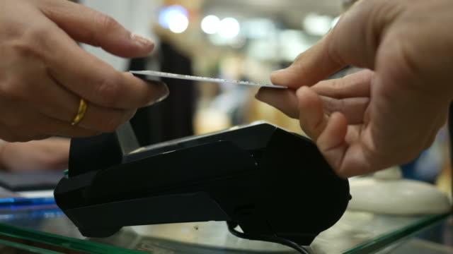 stockvideo's en b-roll-footage met kassa met credit card reader - boetiek