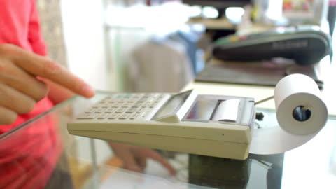 bankschecks'roll zu abbildung der gesamtpreis, dolly shot - addierrolle stock-videos und b-roll-filmmaterial