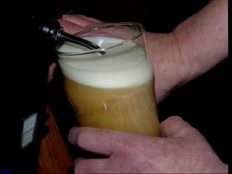 vídeos de stock e filmes b-roll de stephen byers meeting lib cs pint being poured in pub publican giving man pint of beer - taberneiro