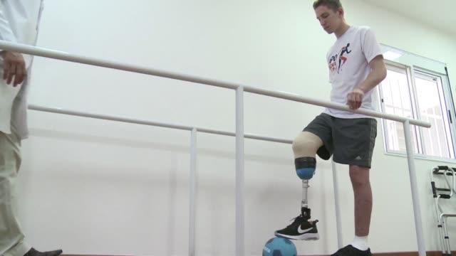 Casi tres meses despues del accidente aereo del Chapecoense el arquero Jackson Follmann volvia a estar de pie solo con una protesis sustituyendo la...