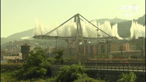 casi un ano despues del dramatico hundimiento del puente morandi en la ciudad italiana genova fueron destruidos con explosivos los dos principales... - architectural column stock videos & royalty-free footage