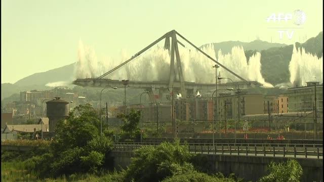 casi un ano despues del dramatico hundimiento del puente morandi en la ciudad italiana genova fueron destruidos con explosivos los dos principales... - column stock videos & royalty-free footage