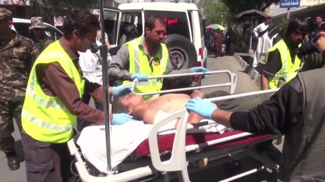 casi un centenar de personas resultaron heridas el lunes en la explosion de un coche bomba en plena hora punta en el centro de kabul seguida por el... - hombres stock videos & royalty-free footage