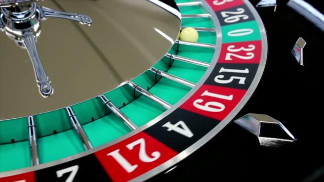 Casino roulettehjul med bollen på siffran noll