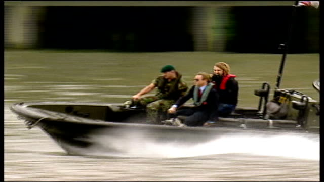 vídeos de stock, filmes e b-roll de 'casino royale' daniel craig becomes the first ever blonde james bond tx london river thames ext long shot of daniel craig along on royal marines... - james bond trabalho conhecido