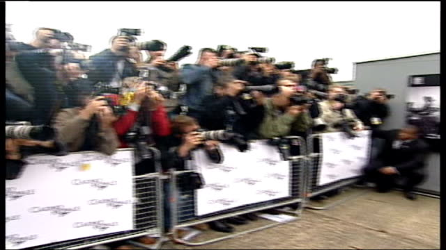 vídeos de stock, filmes e b-roll de daniel craig becomes the first ever blonde james bond; lib tx river thames: press craig posing at photocall - série de filmes do james bond